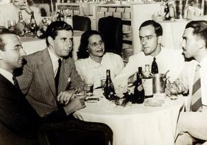 Com Beatriz Azevedo de Mello (Tati), Rubem Braga e amigos no Cassino Atlântico