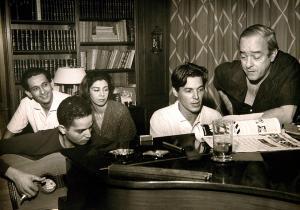 Na casa e Lúcia Proença, com Tom Jobim ao piano, Baden Powell ao violão e, ao fundo, os atores Ivan Albuquerque e Isabel Ribeiro
