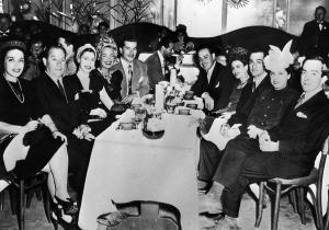 Em jantar com Carmem Miranda e amigos