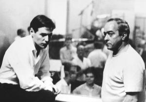 Com Tom Jobim, durante uma gravação