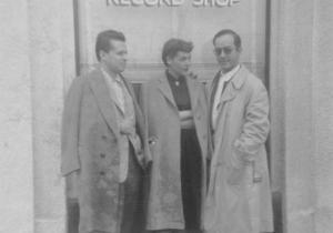 Em Los Angeles, com Nesuhi Ertgun e uma amiga, na porta de sua loja de discos preferida em Los Angeles, The Jazzmen Record Shop