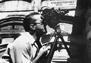 Usando uma câmera, em uma época de intensa relação com o cinema
