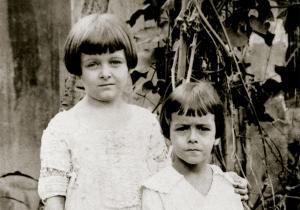 Vinicius com sua irmã Lygia, por volta de 1917
