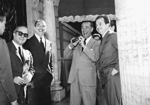 Sendo recebido pelo Presidente Juscelino Kubitscheck no Palácio do Catete. Ao lado, o violonista Luiz Bonfá
