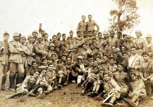 Com o grupo de cadetes do CPOR, do lado da moça com violão, 1931