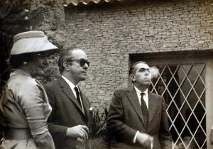 Entre sua irmã Lygia e Rubem Braga, no casamento de sua filha Susana de Moraes, 1959